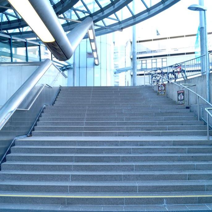 Bild1 -- Aufgang von der S-Bahn
