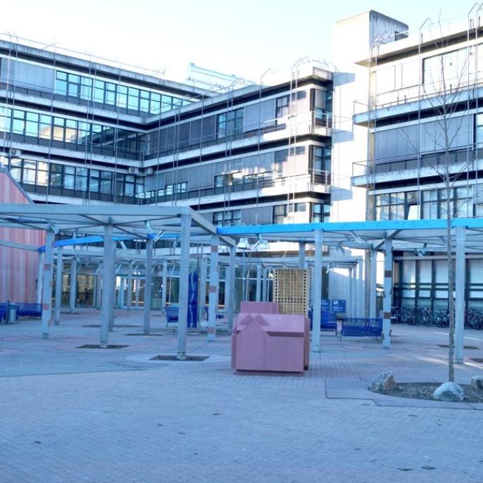 Bild2 -- Vor dem ETI Gebäude (ETI1)